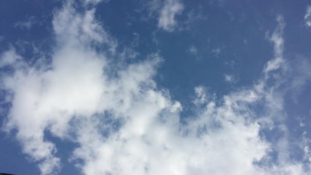 Céu azul em Curitola, registrado através do teto-solar.