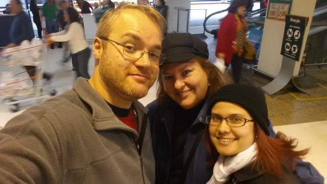 Aoshi, Dona Silvia e Selênia no mercado.