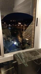 Sim, amiguinhos, é a janela do nosso quarto. D=