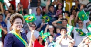 7set2014---a-presidente-dilma-rousseff-desfila-de-rolls-royce-na-abertura-das-celebracoes-de-7-de-setembro-na-esplanada-dos-ministerios-em-brasilia-1410096954001_956x500